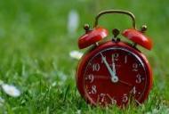 Romania trece la ora de vara sambata noapte. Cum ne afecteaza trecerea la ora de vara