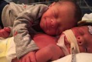 Au pus bebelusul sanatos langa fratele lui grav bolnav. Ce s-a intamplat in cateva secunde