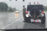 Ploua torențial, dar un soldat ud leoarcă stătea pe șosea în poziție de drepți. Un singur șofer a oprit...