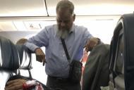 A stat în picioare timp de 6 ore în avion. Motivul i-a șocat pe internauți