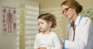 Astmul in cazul sugarilor si copiilor mici: simptome, factori de risc si optiuni de tratament